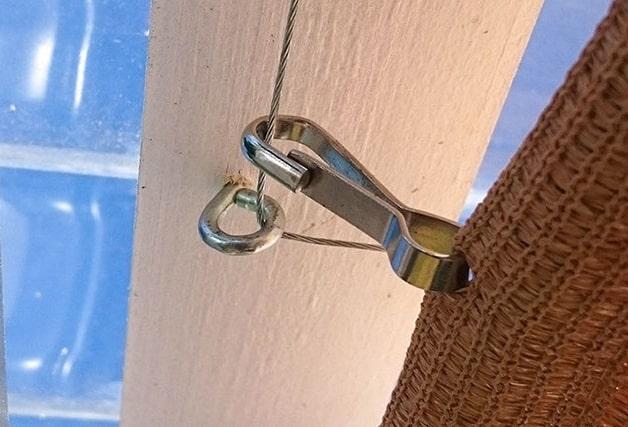 Detail zachycení karabiny na straně u domu